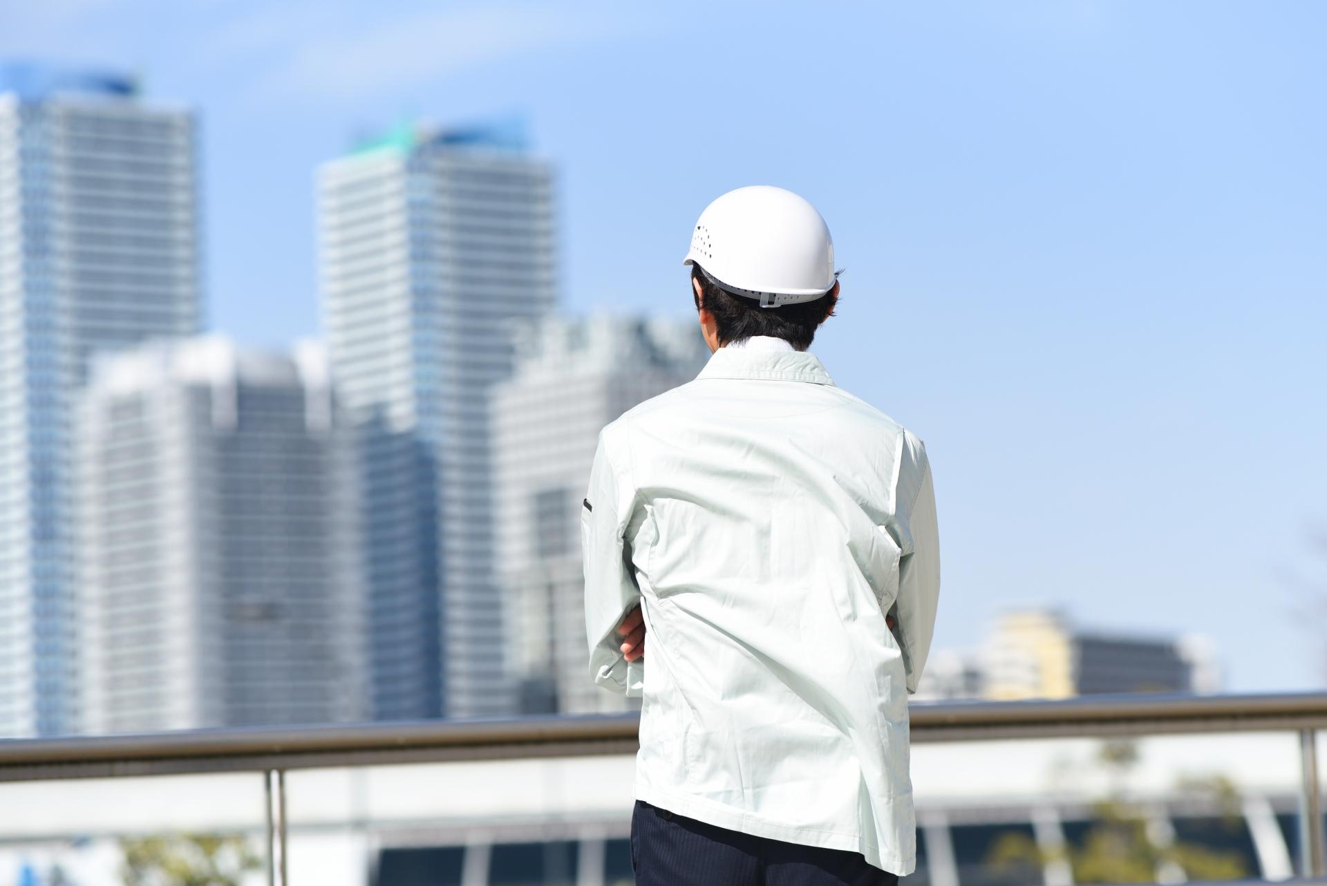 作業服姿の男性の後ろ姿