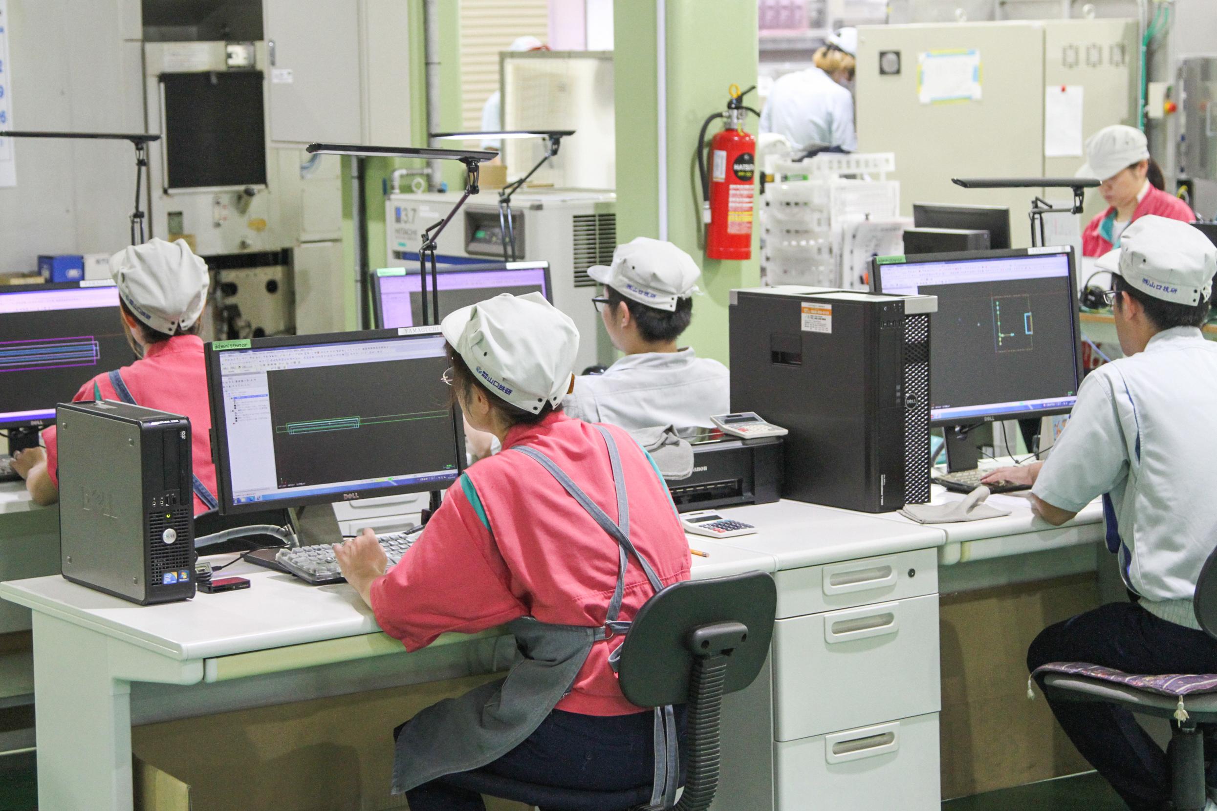 機械を操作するスタッフ